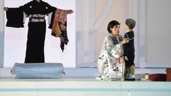 """Szene aus der """"Madama Butterfly""""-Inszenierung in der Arena von Avenches: Butterfly verabschiedet sich von ihrem Kind."""