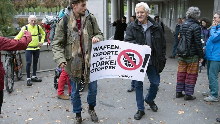 Mitglieder von Campax reichen eine Petition gegen «Waffenexporte in die Tuerkei per sofort stoppe»n ein.