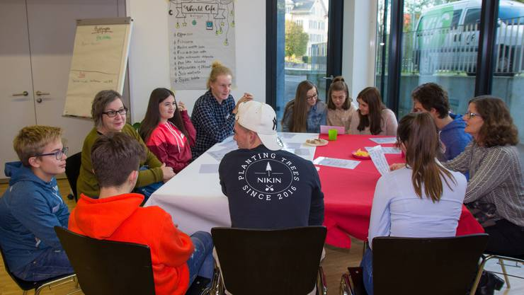 Pro Tisch wurden in der Gruppe über je ein Thema diskutiert.