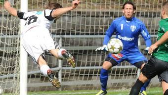 Flugkopfball von Muris Frederic Schaub (links).