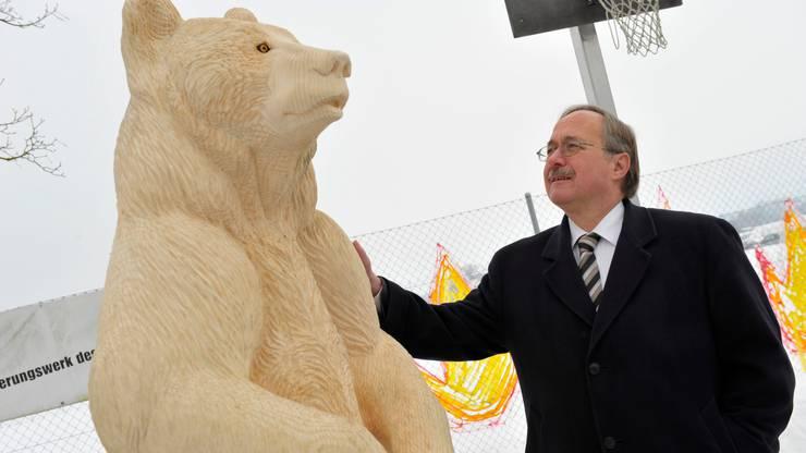 Alt Bundesrat Samuel Schmid mag das Berner Wappentier, den Bären. Als er 2009 Ehrenbürger von Rüti wurde, wurde dieser Holzbär aufgestellt.