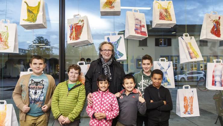 Kleine und grosse Künstler: Roland Adatte und die Kinder vom Bachtelen.