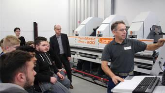 Werkstattleiter Andreas Suter erklärt, wie die neue Maschine funktioniert.