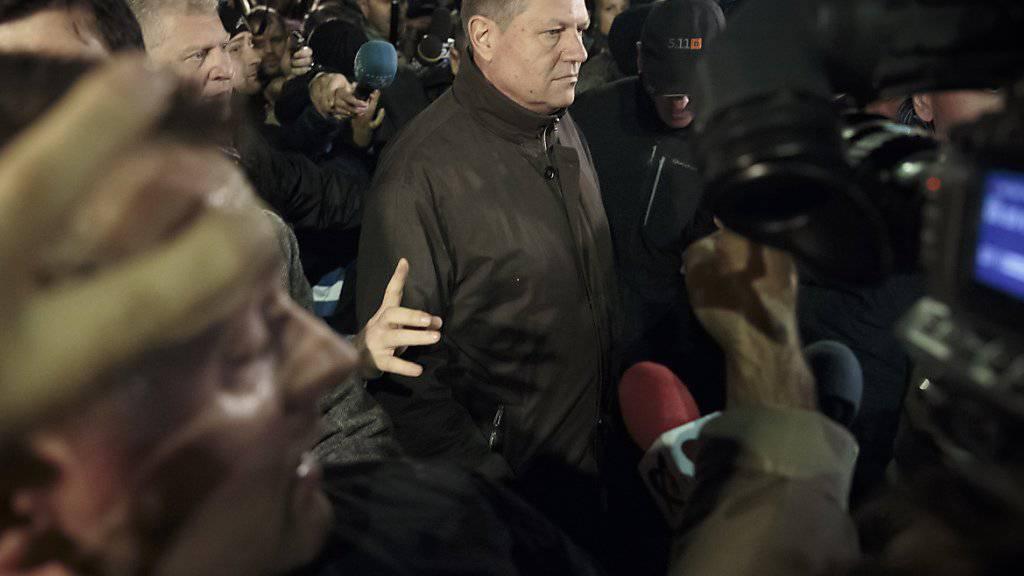 Der rumänische Präsident Klaus Iohannis besucht die Demonstranten auf dem Universitätsplatz von Bukarest. Dort finden seit einem Nachtclub-Brand mit 45 Toten heftige Proteste gegen Korruption und behördliche Missstände statt.