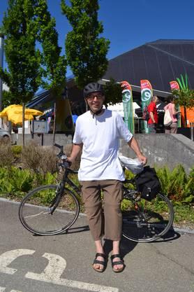 «Ich fahre jeden Tag mit dem Velo zur Arbeit. Der Weg startet beim Unispital Zürich und ist definitiv nicht nur flach», erzählte Marco Bartels aus Zürich. In rund 20 bis 25 Minuten legt er die Strecke zurück, denn nur selten sei er unter 30h/km unterwegs. Egal wie das Wetter sei. «Ich kannte als Kind schon nichts anderes als Velofahren und ich kann mir auch nichts anderes vorstellen, das gehörte in Bremen, wo ich aufgewachsen bin, ganz einfach dazu». Ein E-Bike komme für ihn gar nicht infrage. «Das ist doch kein Velofahren mehr, auch wenn es zwei Räder hat.» Besonders die Fahrrad-Kultur in Holland schätze er sehr: «Es ist doch schön aus dem Fenster zu schauen und Leute auf ihren Velos zu sehen.»