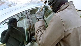 In Frick kam es diesen Monat zu einem sprunghaften Anstieg an Fahrzeugaufbrüchen und Diebstählen aus abgestellten Autos. (Symbolbild)