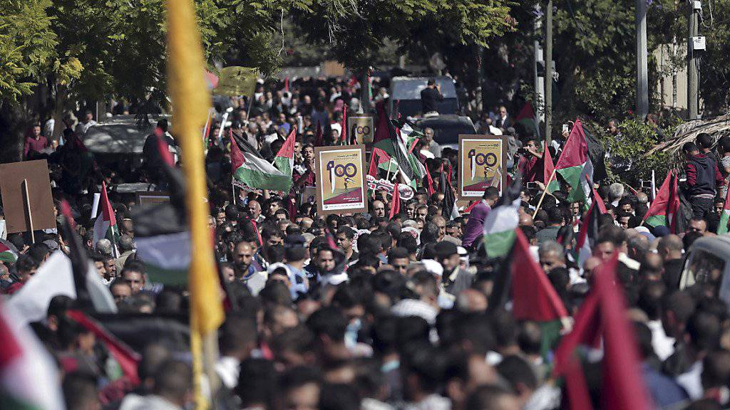 In den Palästinensergebieten haben Tausende Menschen am 100. Jahrestag der «Balfour-Deklaration» protestiert.