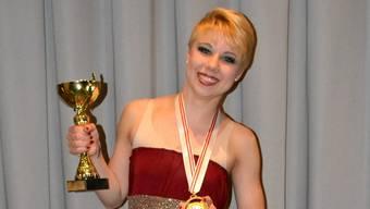 Moira Buser mit dem Pokal.