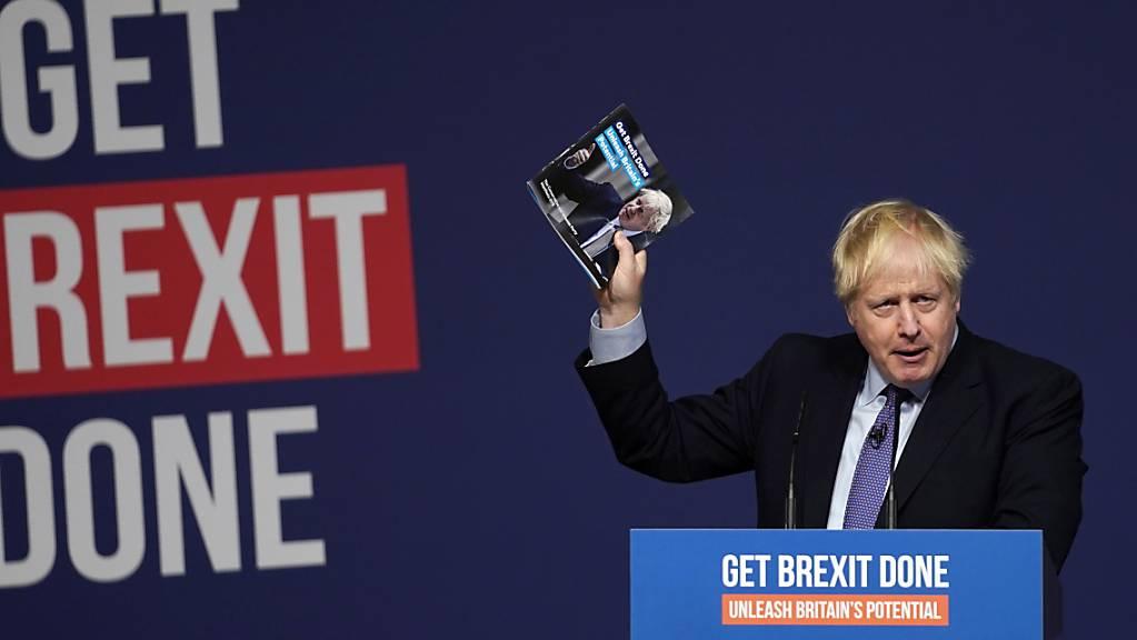 Der britische Premierminister Johnson hat sein Wahlprogramm vorgestellt. Er will das Ratifizierungsgesetz für das Brexit-Abkommen noch vor Weihnachten durch das Parlament bringen. Er sprach von einem «frühen Weihnachtsgeschenk für die Nation».