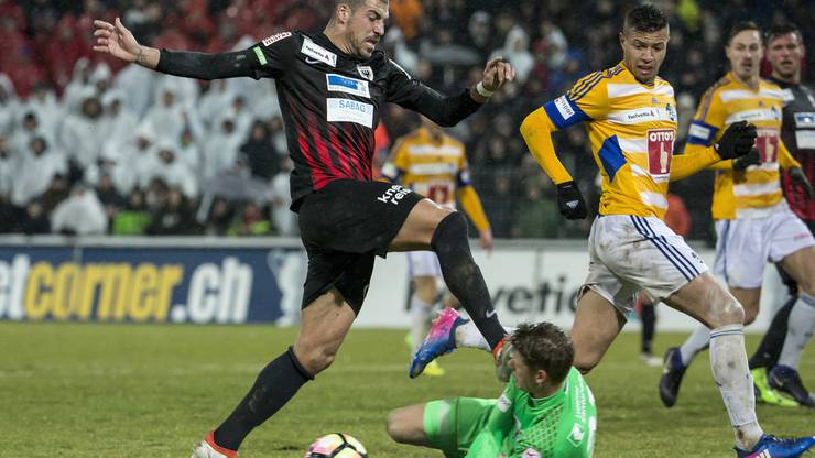 FCA-Stürmer Alessandro Ciarrocchi (l.) zieht gegen Luzern-Goalie Jonas Omlin den Kürzeren