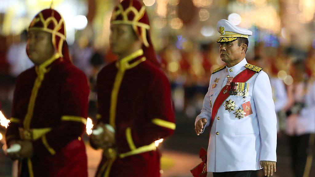 Thailands Premierminister Prayut Chan-o-cha (rechts im Bild) hat am Montag die Unterstützung von elf kleineren Parteien erhalten. Damit hat Prayut praktisch die Mehrheit zusammen, um sich für eine weitere Amtszeit zum Premier wählen zu lassen. (Archivbild)