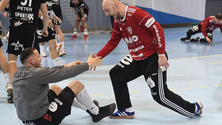 Torhüter Dragan Marjanac (r.) und Raphael Rohr bejubeln den Einzug des HSC Suhr Aarau in den Cupfinal.
