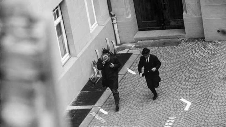 Während des Prozesses wurde Joseph Ben Gal (links) vor der Öffentlichkeit abgeschirmt. Es existiert einzig dieses Foto.