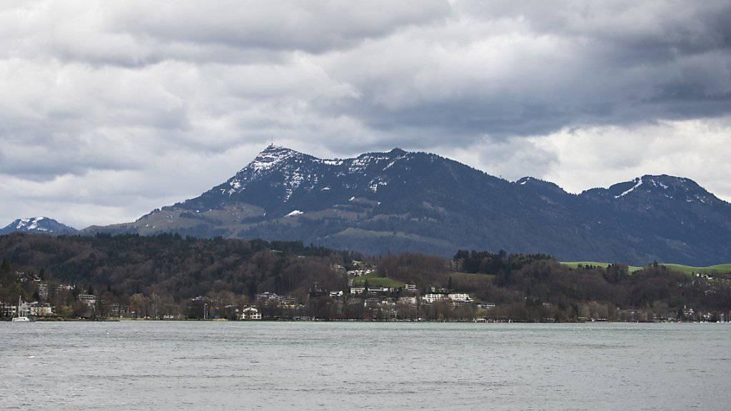 Die Kantonspolizei Nidwalden rettete auf den Vierwaldstättersee einen Kajakfahrer, dessen Kajak mit Wasser vollgelaufen war. (Symbolbild)