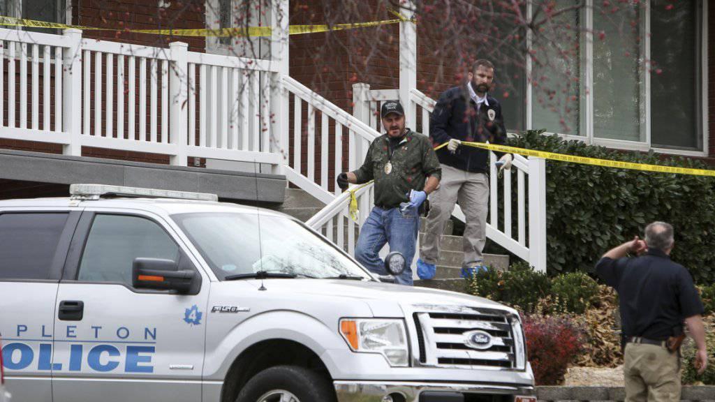 Polizeibeamte von Mapleton am Tatort, wo im vergangenen November eine vierköpfige schweizerisch-US-amerikanische Familie tot aufgefunden worden war