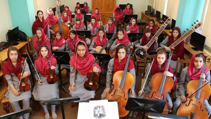 Im afghanischen Orchester Zohra spielen 35 Musikerinnen im Alter von 13 bis 20 Jahren. Viele sind Waisen oder stammen aus ärmsten Verhältnissen.