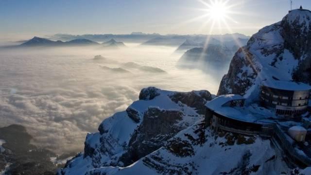 Wer auf dem Pilatus ist, kann sich sonnen und auf das Nebelmeer blicken, unter dem Luzern liegt