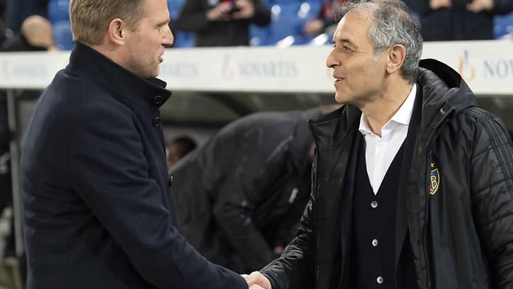 Freundschaftliche Begrüssung zwischen Thuns Trainer Marc Schneider und dem Kollegen Marcel Koller vom FCB