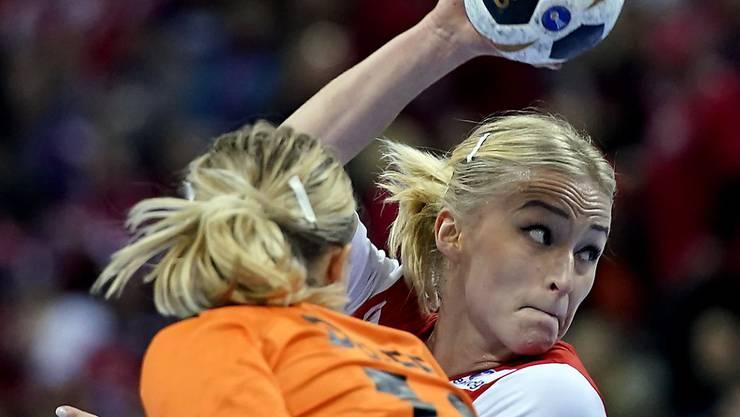 Norwegens Stine Bredal Oftedal setzt sich gegen die Niederländerin Lynn Knippenborg durch