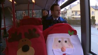 Im Raum Olten verkehrt derzeit ein spezieller Bus. Freiwillige Helfer dekorierten diesen mit Weihnachtssujets und sorgen so für Freude bei den Reisenden. Auf welcher Linie der Bus verkehrt, ist aber ein Geheimnis. Die Route wird nach dem Zufallsprinzip ausgewählt.