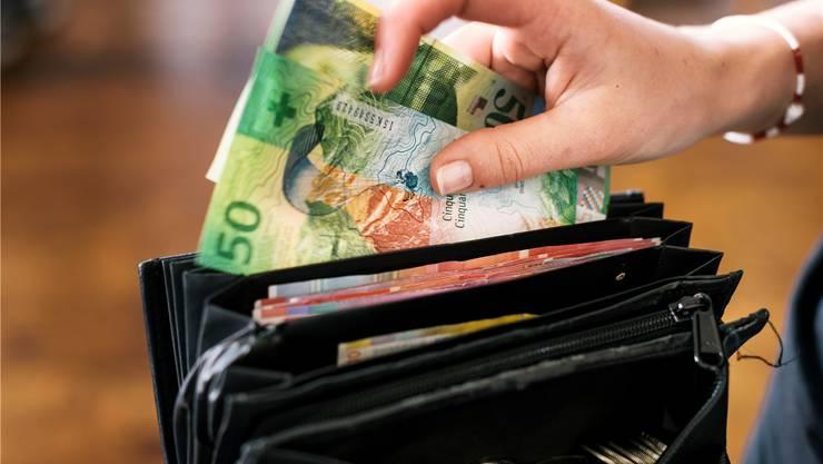 Allen Unkenrufen zum Trotz: Bargeld bleibt sehr beliebt, auch weil viele Menschen gar keinen Zugang zu anderen Zahlungsmitteln haben. Christian Beutler/Keystone