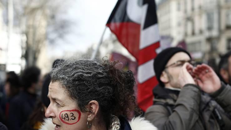 Tausende demonstrieren in Paris gegen die Rentenreform.