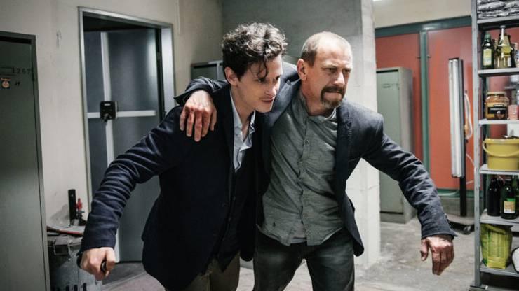 Nurali Balsiger (Joel Basman) mit seinem verletzten Onkel (Jevgenij Sitochin) auf der Flucht.