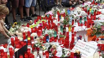 Blumen für die Opfer der Anschläge von Barcelona und Cambrils. Eine bei den Anschlägen verletzte Deutsche ist im Spital gestorben. (Archiv)