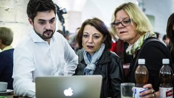 Cédric Wermuth, Yvonne Feri und eine SP-Genossin, als sich am Sonntag die Verluste abzeichnen.