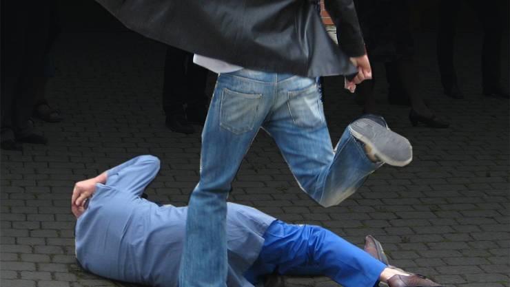 Ein 17-Jähriger wurde am Samstagabend von zwei Unbekannten bei einer Auseinandersetzung verletzt. Themenbild Archiv