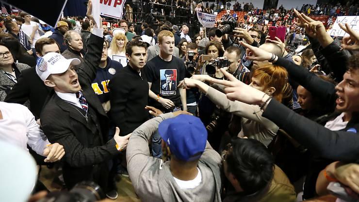 Anhänger und Gegner Trumps treffen im Universitätsgebäude aufeinander: Aus Sicherheitsbedenken sagte Trump nach chaotischen Auseinandersetzungen seinen Auftritt ab.