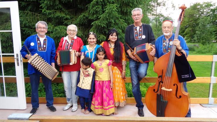 Schwyzerörgeler vom Föhrewäldli  zusammen mit indischen Akteurinnen; aufgenommen während einer Auftrittspause.