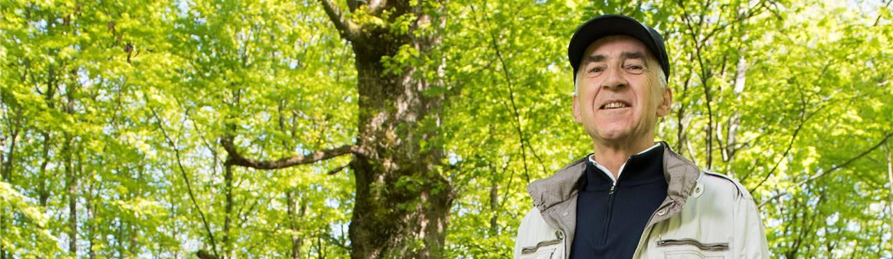Georg Schoop, hier vor der Paradies-Eiche unterhalb der Baldegg, liebt vor allem die alten Wälder. Alex Spichale
