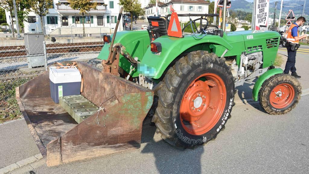Traktor erfasst zwei Töffs – 20-Jähriger verletzt