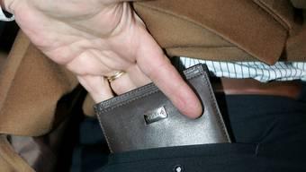 Der Trickdieb klaute dem Senior mehrere Hundert Franken aus der Veste. (Symbolbild)