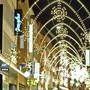 Weihnachtsbeleuchtung Basel-Stadt 2008, Basel, Foto Kenneth Nars: Um 18.30 Uhr begann das Rahmenprogramm zur Einschaltung der Basler Weihnachtsbeleuchtung 2008 durch Regierungspraesident Guy Morin. Kurz vor 19:00 Uhr war es soweit und die Lichter gingen aus und dann wieder an. Neben der Weihnachtbeleuchtung wurde auch das Basler Weihnachtsbuch wieder aufgelegt, das schon viel Zulauf hat. Lichter in der Freien Strasse. BS