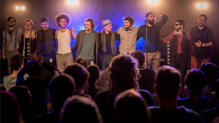 Am Samstag tritt die neunköpfige Aarauer Band Šuma Čovjeks auf: Ihre Lieder und Balkanrhythmen orientieren sich an ihren persönlichen Migrationsgeschichten. zvg