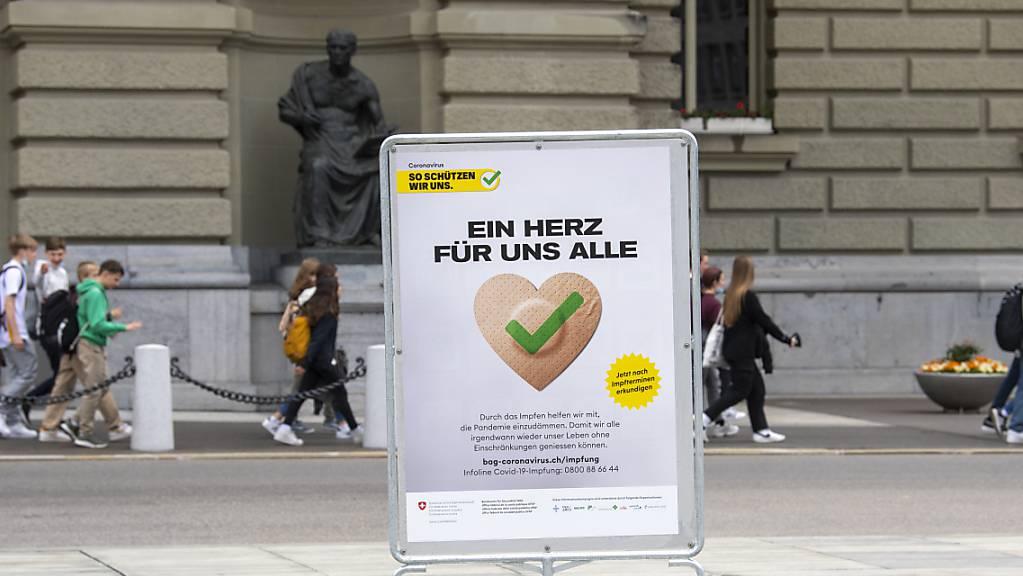Ein Plakat des BAG wirbt auf dem Bundesplatz für die Covid-Impfung. (Archivbild)