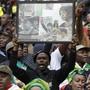 Geliebt und umstritten zugleich: Tausende nahmen an der Trauerfeier für Winnie Mandela in Soweto teil.
