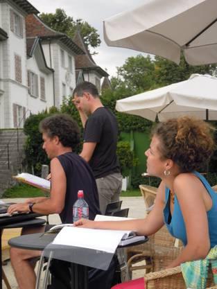Andreas Reize (stehend) studiert die Komposition
