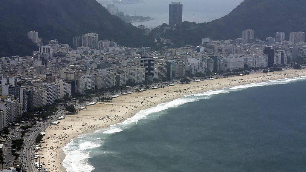 Am berühmten Strand von Copacabana in Rio de Janeiro ist ein Verkäufer erschossen worden - angeblich wegen eines Streits, wo er seine Strandtücher verkaufen darf. (Archivbild)