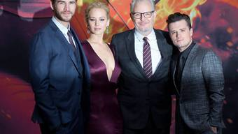 Weltpremiere in Berlin: Liam Hemsworth (l), Jennifer Lawrence, Regisseur Francis Lawrence und Josh Hutchinson.