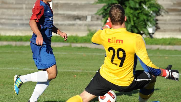 Ramo Muchenberger, FC Black Stars (rechts) gegen Hakki Oek von Allschwil