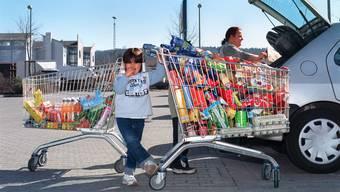 Wegen der hohen Preise in der Schweiz kaufen immer mehr Konsumenten im grenznahen Ausland ein.