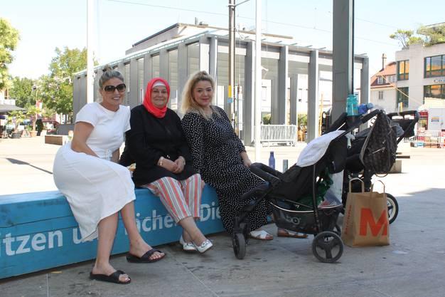 Lumturije Shahini, Vahide Shahini und Iridona Ismaili gönnen sich auf dem Kirchplatz eine Verschnaufpause.
