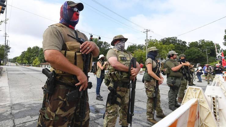 Bis an die Zähne bewaffnet: Rechtsextreme Miliz beim Stone Mountain Park in Georgia.
