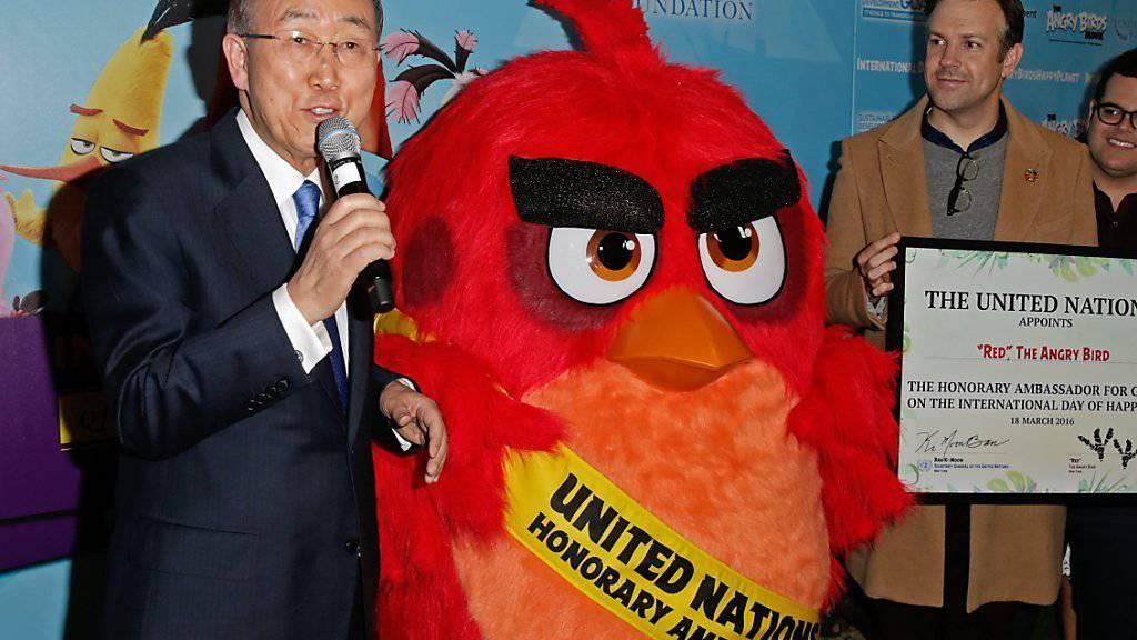 UN-Generalsekretär Ban Ki Moon (l) ernennt Angry Bird Red zum UN-Sonderbotschafter.