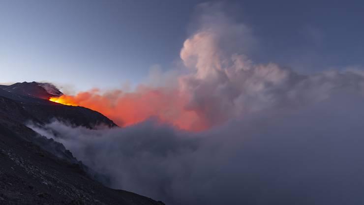 Auf Fotos vom Donnerstag waren ein wahres Feuerwerk und dicke Rauchwolken zu sehen.