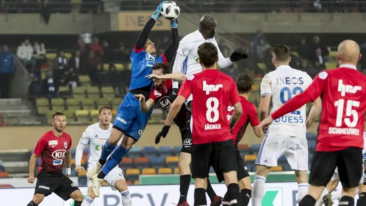 FCA-Torhüter Djordje Nikolic (3.v.l.) musste heute mehrmals eingreifen.