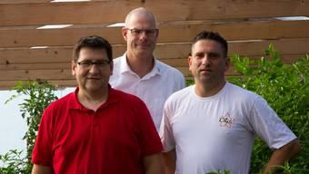 Die Inhaber von «Chili Star» sind bereit für die Ernte ihrer Chilipflanzen in Hermetschwil-Staffeln: Marius Keusch, Lorenz Burri und Robert Keusch (von links).